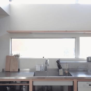 L型キッチンの北側はコンロのある木のワークトップ、東側はステンレスのワークトップで構成されています。汚れやシミが目立ちやすいコンロの壁だけは、ステンレス板を貼ってもらったそうです。コンロやワークトップをはじめ、オーブンや水栓金具など。あやこさんのキッチンにはたくさんのこだわりが詰まっています。それぞれのメーカーは、リンク先のページを参考にしてくださいね。