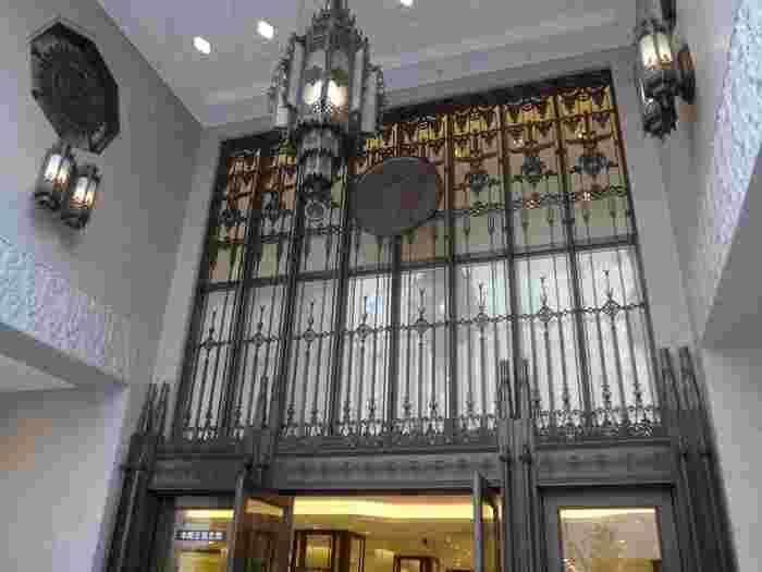 本館の正面玄関の街灯や扉の美しい飾りは金属で拵えてあり、重厚な印象のある石壁の中で華やかさが際立っています。モダン都市としての存在感をアピールしているようです。