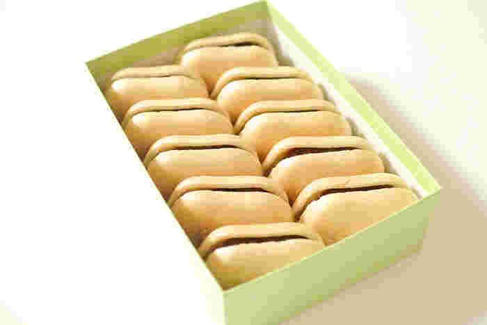 上質な小豆と砂糖で作られた自家製あんこたっぷりの最中には、保存料・添加物が一切含まれていません。箱を開けた瞬間から、品のある佇まいに思わず見惚れてしまいそうです。