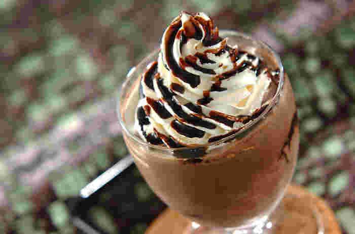 ココアパウダーやチョコレートシロップを多めに混ぜれば、大人味のリッチなチョコレートドリンクに。ホイップクリームもたっぷり絞って、時には濃厚な味を楽しみましょう♪