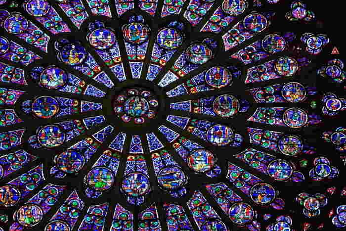 聖堂内には3ヵ所、ゴシック建築の代表的な表現手法である「バラ窓」があります。光を帯びて神秘的に広がるステンドガラスの花びら。圧巻のひとことに尽きます。