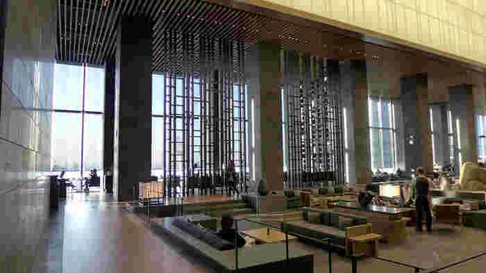 大手町駅からすぐのホテル「アマン東京」33階にある「ザ・ラウンジ byアマン 」は、大きなガラスからの眺望が魅力。琴の演奏を聞きながら、オリエンタルな空間でティータイムやバータイムを過ごせます。