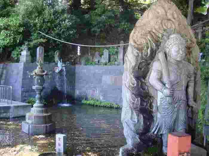 本堂へ続く石段下の左手にある「独鈷の滝」は、開山以来涸れずに流れている霊水として有名です。このように境内には見所がいっぱいあるので、ゆったり時間をかけて回るのも良さそう。