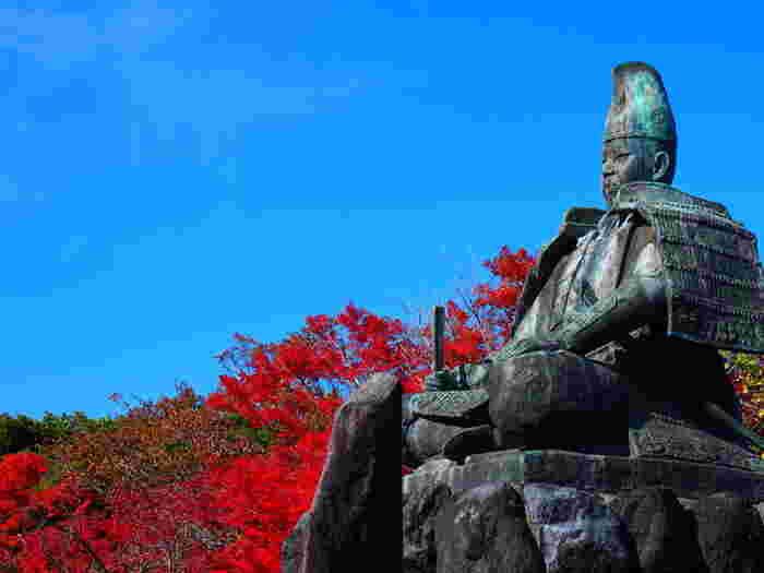 鎌倉は海が近いこともあり紅葉の見頃は比較的遅めの11月後半あたりになります。鎌倉駅西口から市役所方面を歩き、佐助稲荷や銭洗弁天方面に歩いて行った頂上にあるのが源氏山公園です。真っ赤な紅葉と源頼朝像が出迎えてくれますよ。