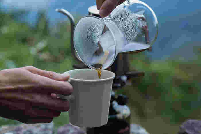 アウトドアでコーヒーを飲む際は、軽くて丈夫なマグカップを使用するのがおすすめです。例えばこちらの「ALFRESCO」のマグカップは、バンブーファイバーと樹脂で作られているため、衝撃に強くアウトドアにぴったり。上品で落ち着いたデザインも魅力的ですね。