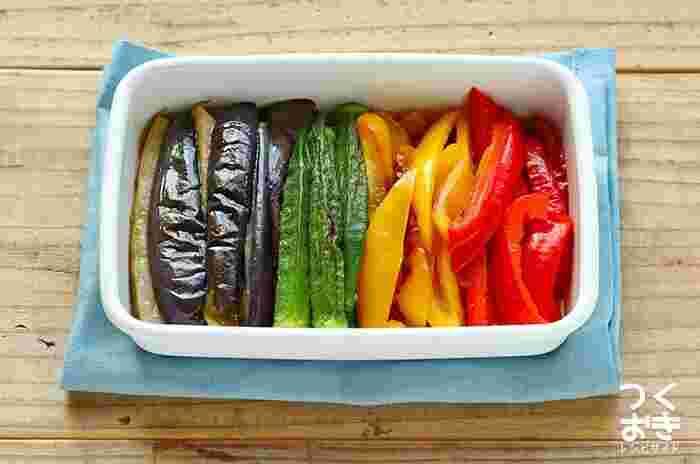 夏野菜がたくさん手に入ったら、しょうがが効いた夏野菜の焼きびたしを作りませんか? 冷たいままでも美味しく食べられるので、暑い夏におすすめの副菜レシピです。