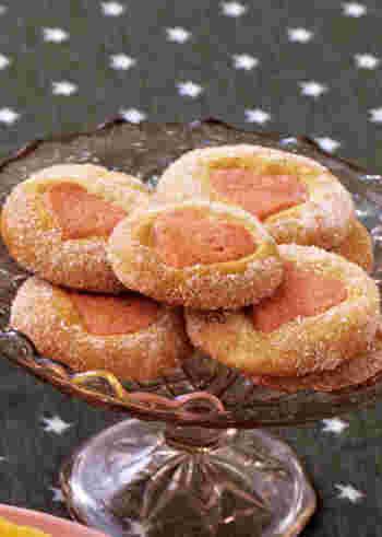 可愛らしいハートがのぞくキュートなクッキー!グラニュー糖をまぶして焼く事で、カリカリっとした食感も楽しめます。乙女心をくすぐるクッキー、女の子のお子様へのプレゼントにもおすすめです!