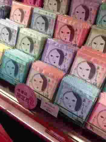 そして「よーじや」と言えば「あぶらとり紙」。祇園店では限定でこのあぶらとり紙を含めた化粧雑貨のセットがとても人気です。 その他にも上品な香りが楽しめるアルコールフリーのハンドクリームや香水、基礎化粧品や化粧筆に至るまで、いろいろなメイクアイテムが揃い、お土産だけでなく日常使いの愛用品としてもおすすめの商品がたくさん並んでいます。