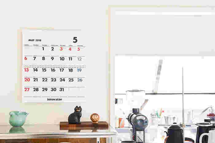 北欧ブランドで人気のイノベーターは、無駄のないはっきりとしたフォントが魅力のロングセラーカレンダーです。毎年これでないと!という声も多いブランド。真ん中にリングが付いているので、使っているうちにめくれ上がってくることがありません。