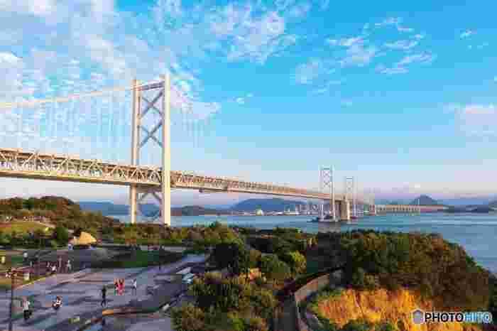 瀬戸大橋で香川と岡山は陸続きになっているため、飛行機で訪れるだけでなく、四国の中でもバスや車で訪れやすい場所に位置しています。観光するのに手段を選べるのも人気の秘密ですよ。