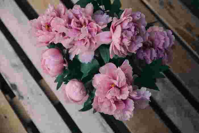 もちろん、1種類のお花だけで花束にするもの素敵♪ちょっと勇気がいりますが、大人でこなれた印象に仕上がることも。カラーなどの上品なお花はそれだけでキレイ&お値段が張るので一種類でもいいかもしれませんね。