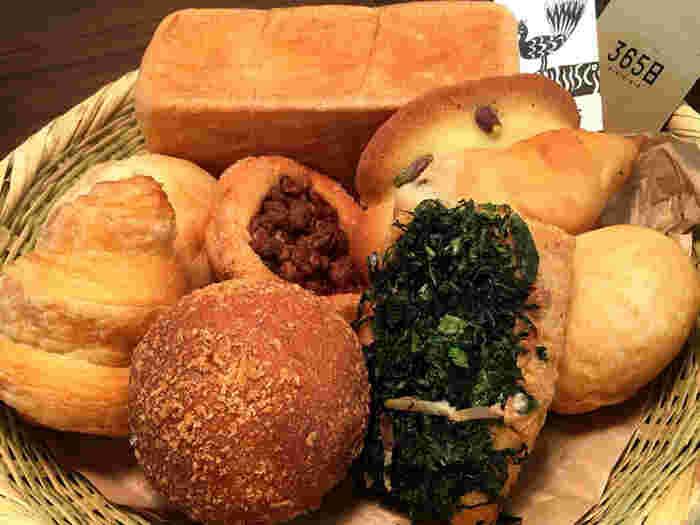 お惣菜パンやスイーツ系などバリエーションも豊富。国産にこだわってオーナーシェフ杉窪氏自ら素材を選んでいるそうで、どれも素材の味がしっかりと感じられます。小ぶりなパンが多いので、いろんな種類を食べられるのがうれしいですね。