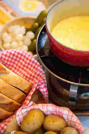 寒い季節がやってきました。温かいお料理を楽しみたいですね。ちょっと人数が多めのパーティーでも気軽に準備できる、チーズフォンデュをはじめとしたフォンデュ料理はいかがですか?