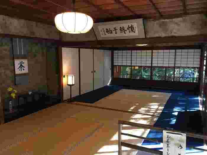 先述した通り「高山寺」には、栄西禅師から明恵上人へと贈られた茶種から始まる「日本最古之茶園」があります。石水院の客殿では、美味しい抹茶を頂くことができます。【抹茶が頂ける石水院・客殿の座敷】