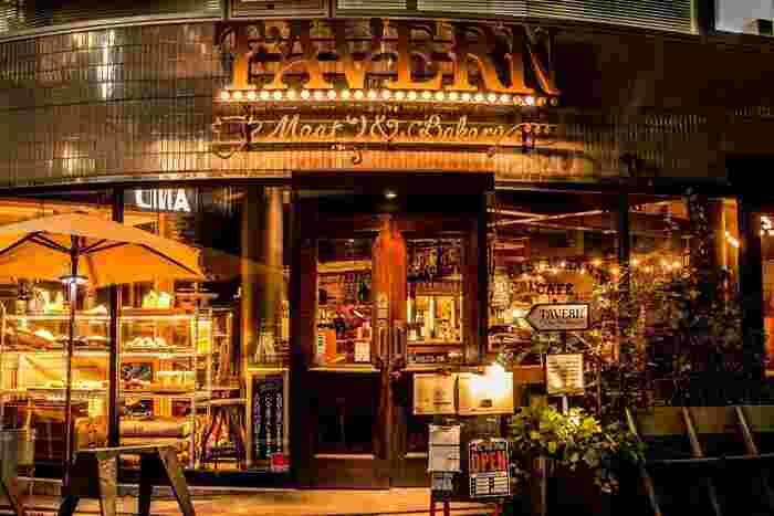 こちらは、おしゃれな街として人気の中目黒駅から徒歩約3分、目黒川沿いにお店を構えるビストロ「TAVERN Corner」です。アメリカンダイナーのようなキラキラした外観が素敵です!