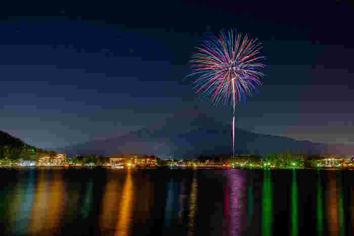 また、「河口湖冬花火」は真冬に美しい花火が見られ、湖面も色鮮やかに輝く大人気のイベント。見るポイントによっては河口湖と富士山と花火のコラボレーションが見られる場所も。