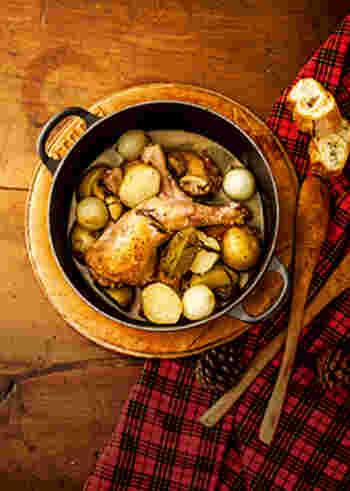 最後は、パーティーにぴったりの鶏肉料理です。骨付きの鶏もも肉も、炭酸水とりんごジュースの力でしっとりやわらかく♪テーブルで切り分けると、パーティーが一層盛り上がりそうですね!