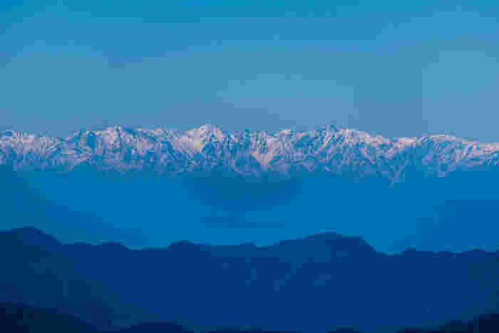 両神山山頂からの眺めの素晴らしさは傑出しています。よく晴れた日には、日本が誇る名峰が連なる北アルプスをも見渡すことができます。