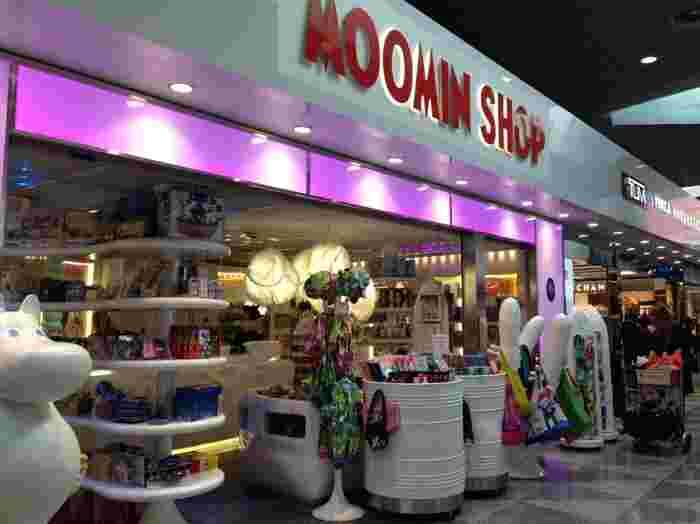 見ているだけでもかわいくて楽しめる「ムーミンショップ」。インパクトのあるニョロニョロたちが店先に立っています。 キッチン雑貨、ステーショナリー、ファッションアイテムなど、種類がとにかく豊富。ここに立ち寄りたいなら、出国審査前に!
