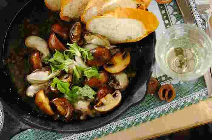 牡蠣とマッシュルームのおいしさをストレートに味わうアヒージョ。簡単なのに本格派のメニューです。スキレットを使えば、こんなおしゃれに♪うまみがたっぷりと溶け出したオイルにバゲットを浸して食べるのも醍醐味です。