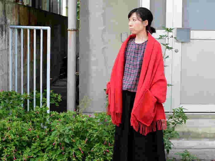 サッと羽織る時、椅子に掛けて置く時、アクセントカラーになって欲しい。そう思ったら鮮やかなレッドを選んではいかがでしょう。ウールの柔らかな質感と、赤の鮮明な色合いが美しいショールです。
