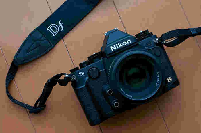 レトロ風の一眼レフカメラで人気が高いNikon Df。 まるで、昔のフィルム一眼レフカメラのような姿をしていますね。 だけど、これ、デジタル一眼レフカメラなのです。