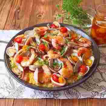 ホームパーティなどにもおすすめのスペイン料理。米と魚介類、野菜などを炊き込んだ「パエリア」はサフランライスの黄色とトマトなどの赤で彩りもよく、魚介のダシがしみ込んだ絶品メニューです。