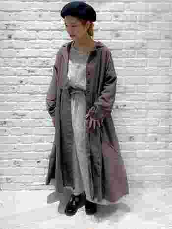 ロング丈のワンピースコートを羽織ってもいいですね。アクセントのベレー帽と靴の色を合わせて統一感UP! 色味を抑えた大人ガーリースタイルです。