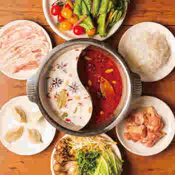 火鍋は、花椒入りの真っ赤な麻辣スープと、ココナッツ風味のまろやかな白いスープでいただきます。具材もケールやスイスチャードなど、珍しいお野菜を使っています。予約制の食べ放題なので、おなかを空かせて訪れましょう。