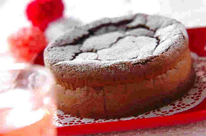 ひび割れも愛おしい、ガトーショコラを大好きな人に…。おもてなしにもぴったりです。