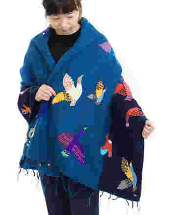 カラフルなワタリドリが可愛いショール。羽織りもののようにして柄を目立たせたいですね。