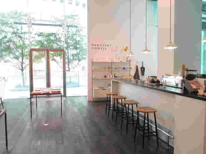 大阪・梅田のブリーゼブリーゼに入る梅田店。カウンタースタイルのオープンキッチンになっています。