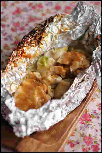 味噌とガーリックの香りがたまらない、鶏むね肉のホイル焼き。蒸し効果でやわらかく仕上がりますよ。