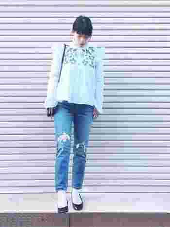 刺繍ブラウスといえば、ZARA。こちらは肩のフリルが可愛らしい刺繍ブラウス。スキニータイプのダメージデニムに白靴下が新鮮。こなれたガーリースタイルの出来上がりです。