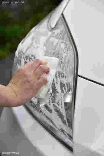 水垢は車のあちこちにも付着します。フロントガラスやライトに付いたものなら、カーシャンプーはもちろん、クエン酸やメラミンスポンジを使ってもOK。でもエンブレムなどに使われるクロームメッキパーツは意外にデリケートなので、コーティングを傷つけないよう、専用のクリーナーや研磨剤で洗車するのがおすすめです。