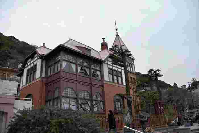 神戸の海を見下ろすことができる高台に、明治大正期に建てられた洋館が多く残存している「神戸北野異人館街」。欧米人のための住居として建てられた洋館が今でも多く立ち並び、重要伝統的建造物群保存地区とされています。日本に居ながらにして異国文化を体験することができる素敵な空間です。