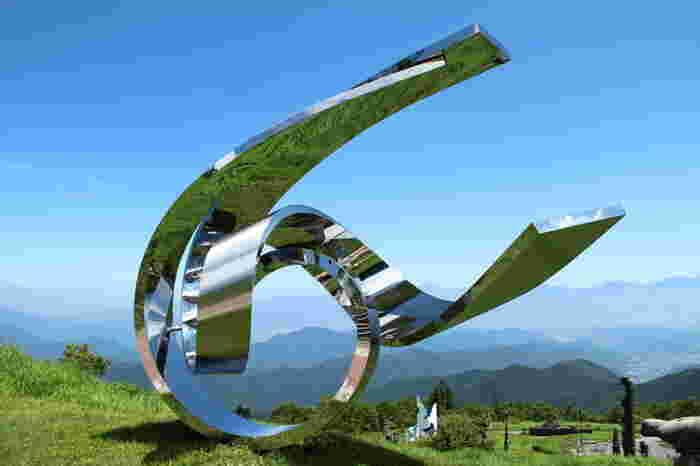 美しく磨かれたステンレスを用いて風のイメージの形体化を試みた躍動感ある作品。