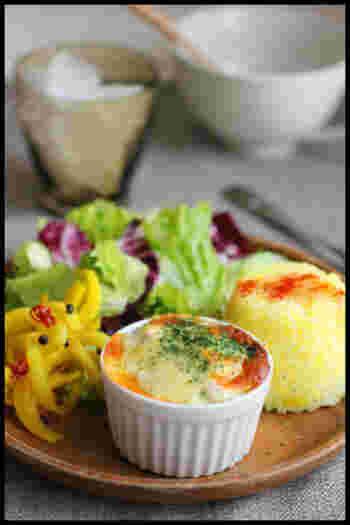 冷凍のホウレン草と鮭缶を混ぜて簡単に作れちゃうグラタンです。画像の様にココットサイズで作れば簡単おしゃれなワンプレートの完成ですよ。