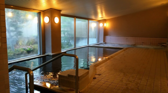 そんなスノーリゾートの町には、温泉施設が3カ所。宿泊もできる「八峯苑(はっぽうえん)鹿の湯」さんは、富士見高原スキー場のお隣にある温泉宿です。地下1800mから湧き出る源泉は、美しい翠(みどり)色をしています。時間が経つと色が消えてしまうので、お湯が足される時間に合わせて入浴するのがおすすめです。