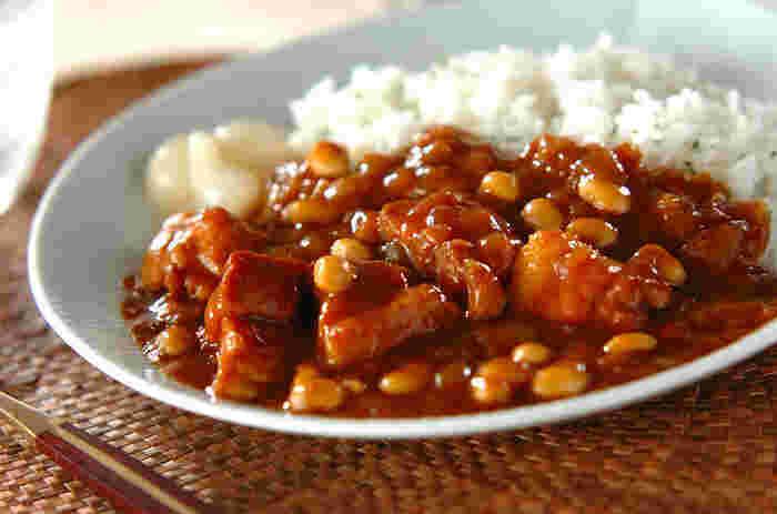 カレーライスを作るとき、鍋で肉にしっかり火が通るまで炒めてからとりだしておきます。次に玉ねぎだけを入れて飴色になるまでじっくり炒めることがカレーを美味しくする基本のコツ。それから鍋に肉も加え、にんじん、じゃがいもと順に入れてからよく炒めます。 玉ねぎをほかの野菜と同時に入れてしまうよりもコクが出て美味しいカレーが作れますよ。