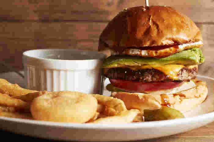 ハンバーガー専門店のこだわりがしっかりつまった「ビーチバーガー(beach=Bacon、Egg 、Abocado、Cheese、Honey)」は看板メニュー。ふわふわサクサクのバンズには、手ごねのパティに、味わいから食感まで計算された野菜やチーズ、目玉焼きが挟まれています。  ちょっとジャンクに、でもしっかりおいしいものが食べたい気分のときに、ぜひ足を延ばしてみてはいかがでしょう?