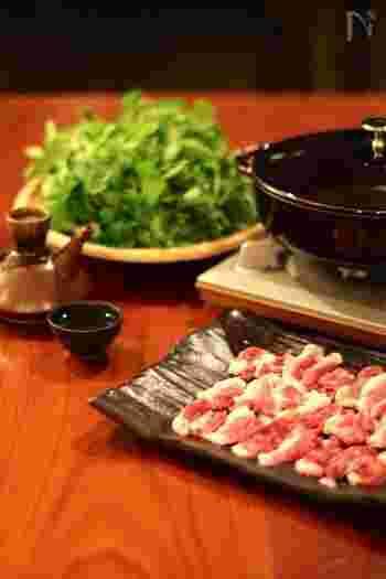 石川県は、治部煮で知られるように、鴨料理がさかんな土地。伝統の猟法で捕獲した鴨を使った「鴨鍋」は、貴重な郷土料理として受け継がれています。特徴は、鴨肉に小麦粉をつけてからだしに入れること。うまみをとじ込め、鴨本来の味を堪能する贅沢な鍋料理です。お店で鴨肉を見つけたら、ぜひお鍋にしてみてはいかが?