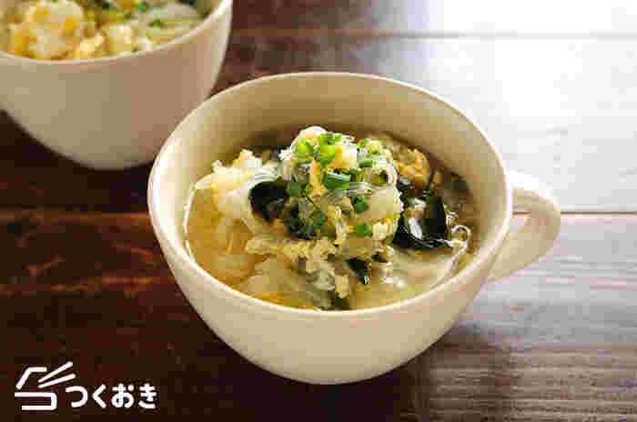 たっぷりの白菜が食べられる中華風スープです。白菜を一玉買って使い道に困った時にもおすすめのレシピ。春雨を加えているので食べ応えもバッチリで、ヘルシーなのでダイエット中にも◎