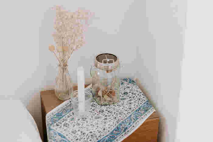 小さな棚の上の空きスペースから、自分らしい空間作りを始めてみるのもいいでしょう。棚やサイドテーブルにお気に入りのクロスをプラス。お花や絵を飾ったり、アロマやキャンドルスペースにしたり…。自分だけの好きを集めたとっておきの空間に!