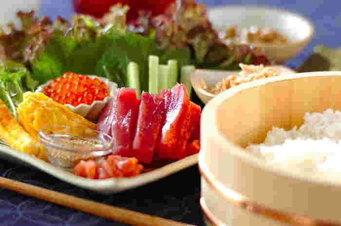 緑や赤や黄色…色鮮やかな食卓から、わいわい楽しい声が聞こえてきそう。ちょっと特別な日の食卓は、「手巻き寿司」が定番です。でも、すし飯の作り方や海苔の巻き方はご存知ですか?皆を惹きつけるちょっと変わった具材も知っていると、一目置かれそう。