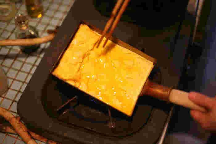 それに対して、関西型は細長い長方形で、関西でよく食べられていだし巻き卵は、関東風の厚焼き卵よりも何度も返すので、細長い方が使いやすいからです。他に関西型は、西型や角長型とも呼ばれています。なので、お家でよく食べる卵焼きの種類により、鍋の形状も考えると良いかも。