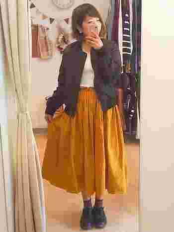 ふんわり秋色のミモレ丈のスカートは、ガーリーになりすぎないようma-1を羽織ってコーデを引き締めてあげましょう。シューズも黒にすることによって、さらにクールな印象がプラスされますね。