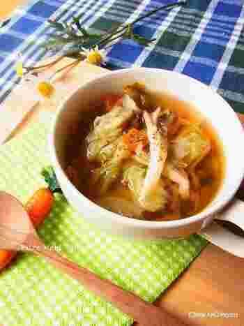 煮込んだキャベツはとろとろで甘い!きのこの旨みとキャベツの甘さで、体にじわっと染み入る優しい味わいのスープです。