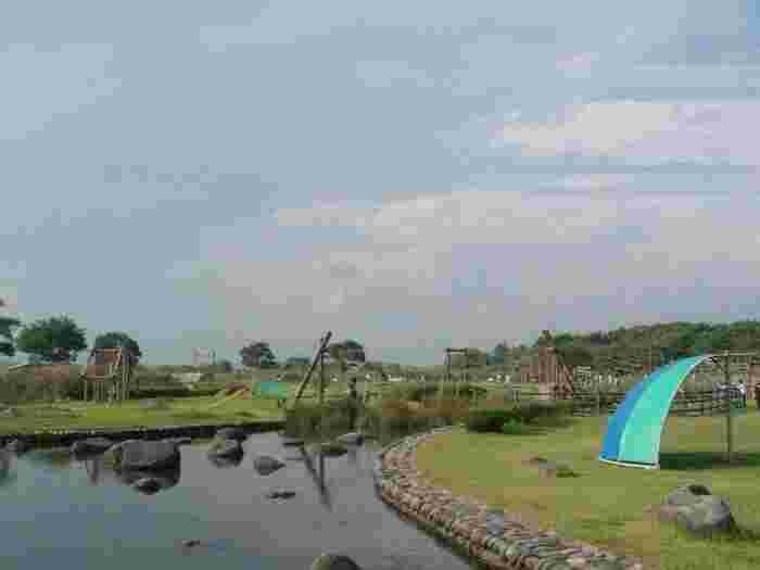 """海のない栃木県に誕生した""""水と出会える""""「鬼怒グリーンパーク」にも水上アスレチックが!こちらは鬼怒川の河川敷を利用して作られているので、川遊びをしながら自然の水と触れ合うことができる貴重なアスレチックとなっています。"""