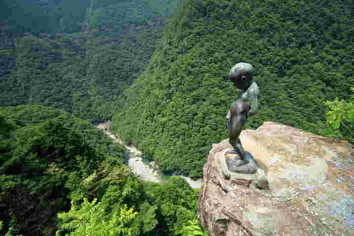 祖谷渓には断崖に立つ小便小僧も! かつて地元の子どもたちで行われていた、度胸試しの様子を再現しているそう。う~ん、目がくらむ高さです。